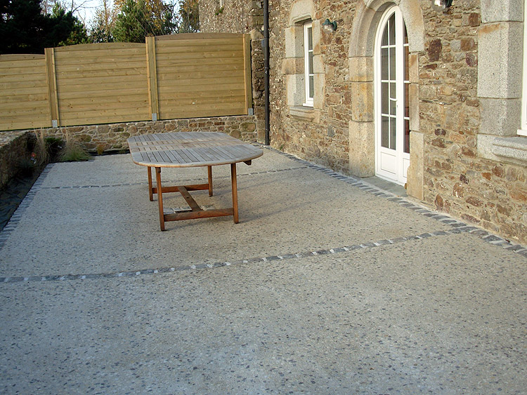 Terrasse beton ma terrasse for Dalle beton finition quartz